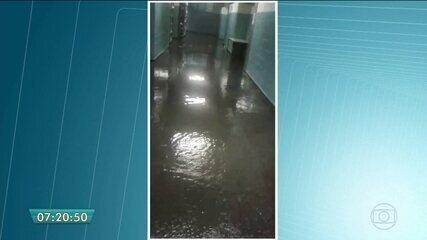 Teto de escola não consegue conter a chuva em escola municipal da Brasilândia