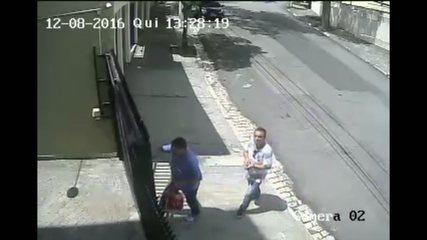 VEJA VÍDEO: Câmeras flagram dupla roubando residência em São Paulo