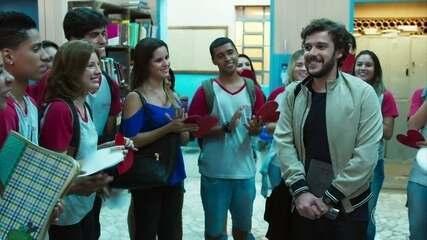 Renato é surpreendido por homenagem dos alunos em seu último dia
