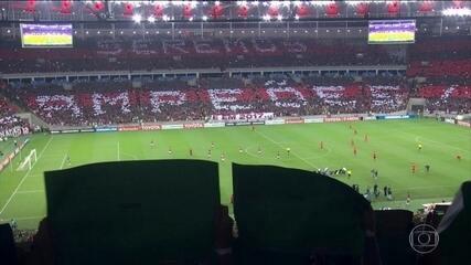 Flamengo conta com a torcida, vence o Atlético-PR em casa e lidera grupo na Libertadores
