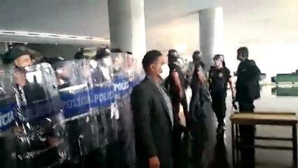 Polícia contém manifestantes que tentam invadir Câmara dos Deputados em Brasília