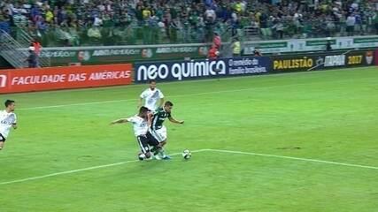 Fernando Bob, da Ponte Preta, dá carrinho em Jean, do Palmeiras, que pede pênalti