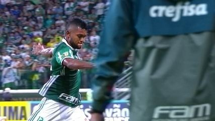 Borja, do Palmeiras, se irrita ao ser substituído e chuta copo na saída de campo