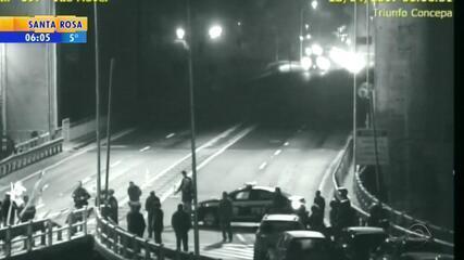 Ponte sobre o Guaiba foi bloqueada no início da manhã desta sexta