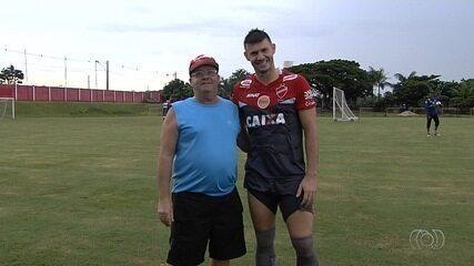 Wesley Matos recebe visita do pai em treino às vésperas da final