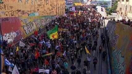 Protestos marcam o dia em Porto Alegre com bloqueios em vias e falta de transporte público