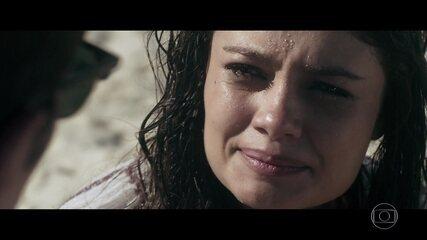 Transtornada, Alice não se conforma com a morte de Renato e procura nas águas do mar um pouco de alívio para a sua dor