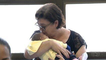 Médica adota bebê que nasceu com microcefalia, em Goiânia