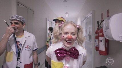 """Angélica se emociona ao gravar com pacientes no projeto """"Hospitalhaços"""""""