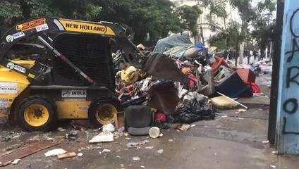 Tratores fazem remoção de barracas e lixo na rua Dino Bueno na Cracolândia.