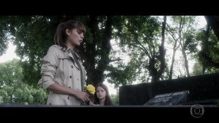 Antes de se mudar para Miami, Alice decide se despedir do amado diante do falso túmulo