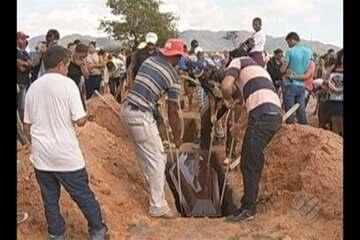 Corpos das vítimas de ação da polícia em fazenda são enterrados em Redenção nesta sexta
