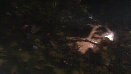 Árvore caiu sobre dois veículos na Ladeira Geraldo Melo, em Maceió