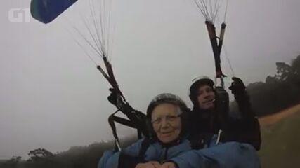 Idosa realiza o sonho de voar de paraglider, em Poços de Caldas (MG)