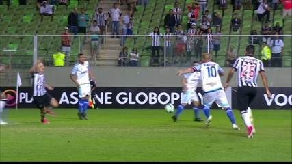 Avaí teve muito espaço para atacar pelo lado direito da defesa do Atlético-MG, sem nenhuma cobertura