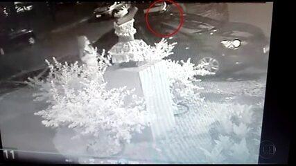 Câmera flagra homem jogando líquido corrosivo no rosto de mulher na Zona Sul do Recife