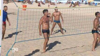 Renato joga futevôlei em praia do Rio de Janeiro