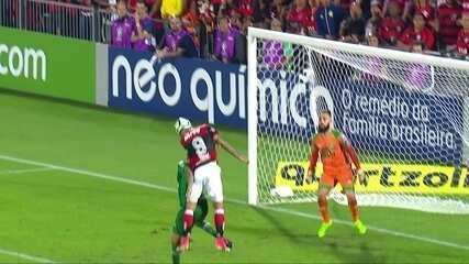 Gol do Flamengo! Após cruzamento, Guerrero, de cabeça, faz mais um, aos 36' do 2º Tempo