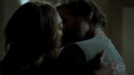 Caio beija Bibi