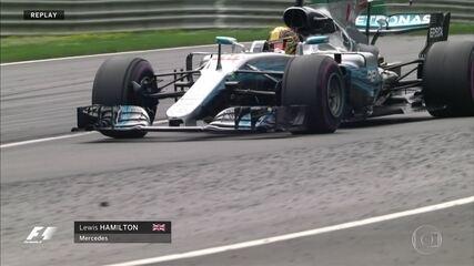 Mesmo com bolhas nos pneus, Hamilton se mantém forte na corrida