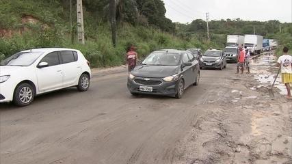 Buracos causam transtornos para quem trafega pela BR-101 no Recife