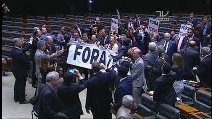 Oposição faz protesto contra Michel Temer no plenário da Câmara