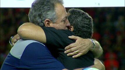 Abel Braga é cumprimentado por Luxemburgo e técnicos cantam o hino com os jogadores