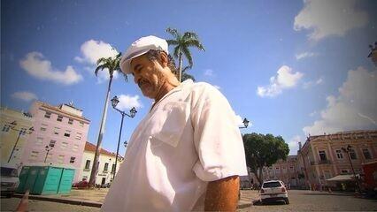 Ator Carlos Betão interpreta trecho do livro 'Navegação de Cabotagem'