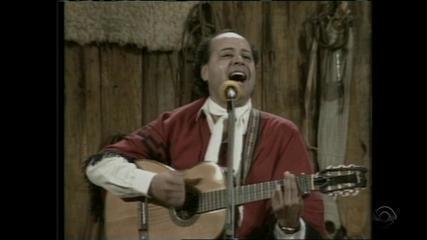 Dante Ramon Ledesma canta 'Orelhano' no 'Galpão Crioulo' em 1988