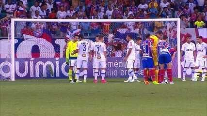 Em jogo contra o Bahia, Léo tenta passar faixa de capitão para o goleiro Fábio