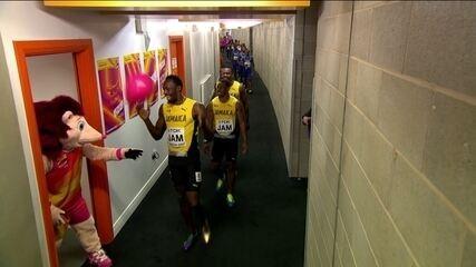 Antes da dor, alegria: Usain Bolt brinca com mascote do Mundial de Atletismo no corredor de entrada da pista