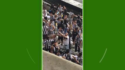 Torcedor do Botafogo faz gesto para familiares do atacante Vinícius Júnior. Ele foi preso