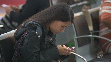 Posição do pescoço ao usar celular aumenta chance de rugas, afirma dermatologista