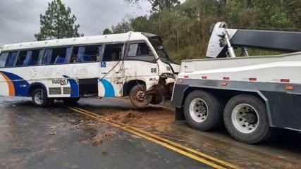 Ônibus com time de futebol de Irati sofre acidente na BR-153