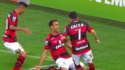 Gol do Atlético-GO! Bruno Pacheco cobra o escanteio, e Gilvan cabeceia para abrir o placar, aos 2 do 2º tempo