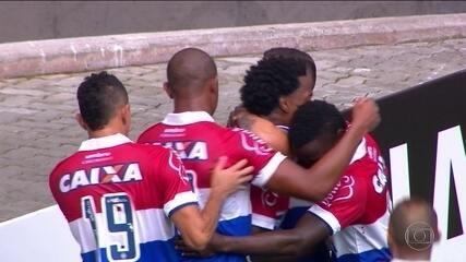 Gol do Bahia! Zé Rafael cruza para Renê Júnior que, de cabeça encobre Gatito aos 15' do 1º