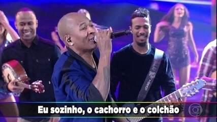 """Turma do Pagode apresenta a canção """"Cobertor de Orelha"""" no palco"""
