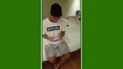 """Em meio aos treinos para a etapa de Trestles, Gabriel Medina testa o seu recém-lançado game de surfe, o """"Go! Medina"""""""