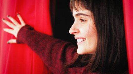 Valentina Herszage volta à escola de teatro em que teve primeiro contato com as artes