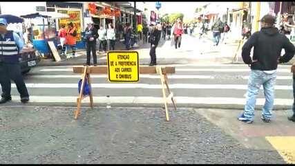 Placa pede preferência para carros e ônibus em faixa de pedestres de Ponta Grossa