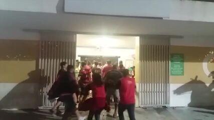 Torcedores brigam e invadem o Maracanã