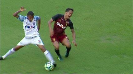 Everton Felipe sente muitas dores no joelho, é atendido e substituído, aos 41 do 1º tempo