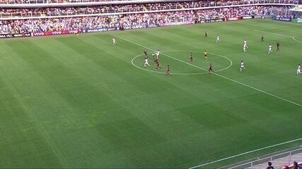 Anulado! Ricardo Oliveira recebe toque, marca o gol, mas está impedido aos 15' do 2º