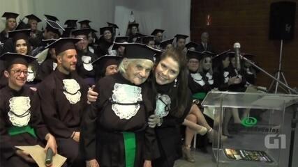 Aos 87 anos, imigrante italiana conclui faculdade e emociona em cerimônia de formatura