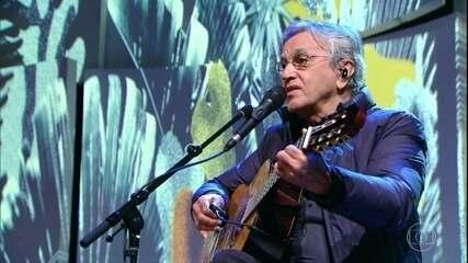 """Caetano Veloso canta """"Oração ao Tempo"""""""