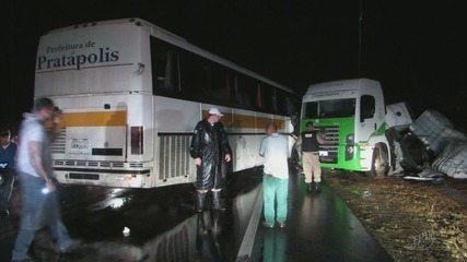 Três pessoas morrem em acidente com ônibus de estudantes de Pratápolis, MG