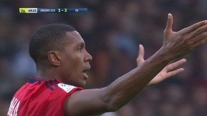 Marcelo, do Lyon, é expulso após tirar sem querer o cartão amarelo da mão do juiz