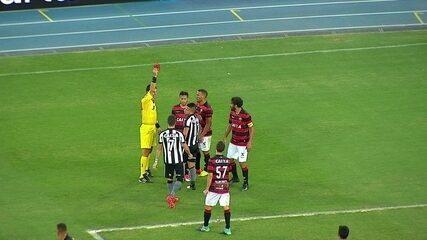 Leonardo Valencia dá um pontapé em Ramon e é expulso, aos 46' do 2º Tempo