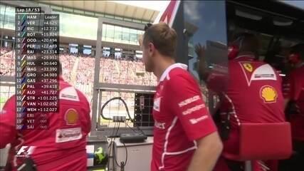 Sebastian Vettel conversa com engenheiro e acena para a torcida em Suzuka