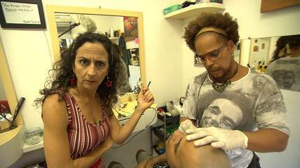 Maria come um buquê de coxinhas no bairro de São Marcos e conhece uma barbearia incomum